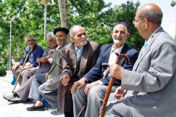 در حالی که حدود هفت میلیون و ۴۰۰ هزار سالمند در کشور زندگی میکند، یک جمعیتشناس در سال ۹۵ پیشبینی کرده است که تا ۳۵ سال آینده، جمعیت سالمندان حدود ۲.۵ برابر خواهد شد و سهم سالمندان ایران تا
